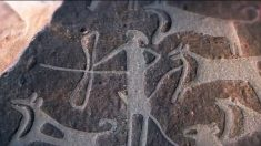 Gravura de 8 mil anos mostra pessoas caçando com ajuda de cães