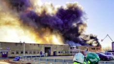 Fumaça negra toma norte de Londres após explosão de paiol
