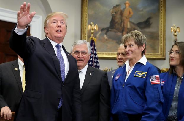 Trump diz que EUA irão à Lua de novo e eventualmente a Marte