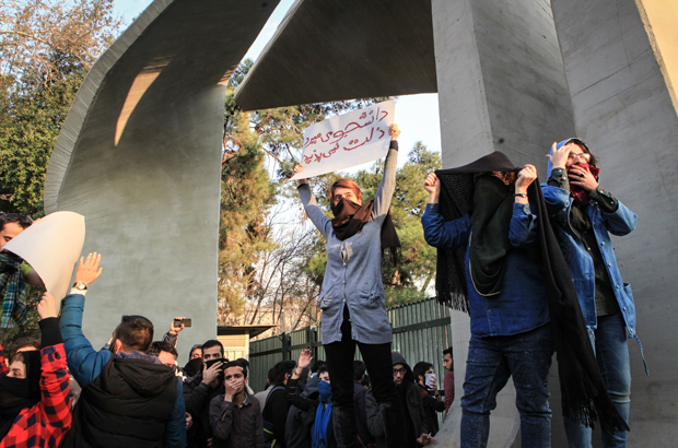 Irã: iranianos arriscam suas vidas pedindo fim do regime islâmico
