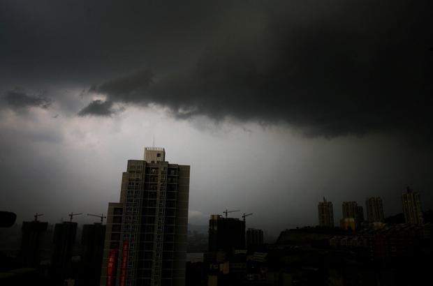 Nuvens negras se acumulam nos céus de Chongqing em 23 de agosto de 2007 (China Photos/Getty Images)