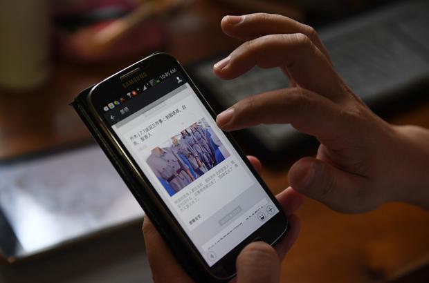 Uma postagem de mídia social é exibida num dispositivo móvel em Pequim em 21 de julho de 2017 (Greg Baker/AFP/Getty Images)