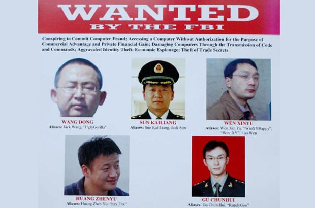 Um cartaz de procurados é exibido no Departamento de Justiça em Washington, D.C., em 19 de maio de 2014, após autoridades dos EUA anunciarem o indiciamento de cinco hackers militares chineses. Os Estados Unidos estão considerando sanções econômicas contra o ciber-roubo da China (AP)