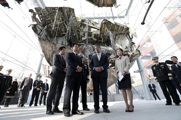 O secretário da defesa norte-americano Ashton Carter (2º dir.) e o ministro da defesa sul-coreano Han Min-koo (2º esq.) visitam o navio Cheonan que afundou próximo da Ilha Baengnyeong no Mar Amarelo, após um suposto ataque da Coreia do Norte; durante sua visita ao Comando da 2ª Frota em Pyeongtaek, na Coreia do Sul, em 10 de abril de 2015 (Jeon Heon-kyun/Getty Images)