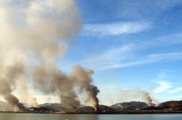 Fumaça sobe nos céus da Ilha Yeonpyeong no Mar Amarelo em 23 de novembro de 2010, após um ataque de artilharia e mísseis da Coreia do Norte (STR/AFP/Getty Images)