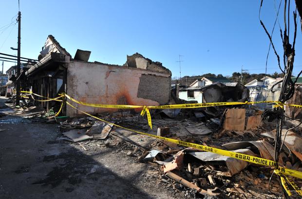 Os danos causados à Ilha Yeonpyeong no Mar Amarelo em 3 dezembro de 2010, após um ataque de artilharia e mísseis da Coreia do Norte em 23 de novembro de 2010 (Kim Jae-hwan/AFP/Getty Images)