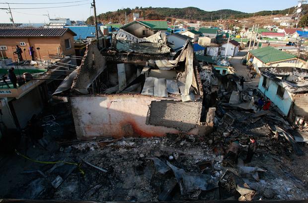 Casas destruídas sul-coreanas na Ilha Yeonpyeong no Mar Amarelo em 26 de novembro de 2010, após um ataque de artilharia e mísseis da Coreia do Norte em 23 de novembro de 2010 (Chung Sung-jun/Getty Images)