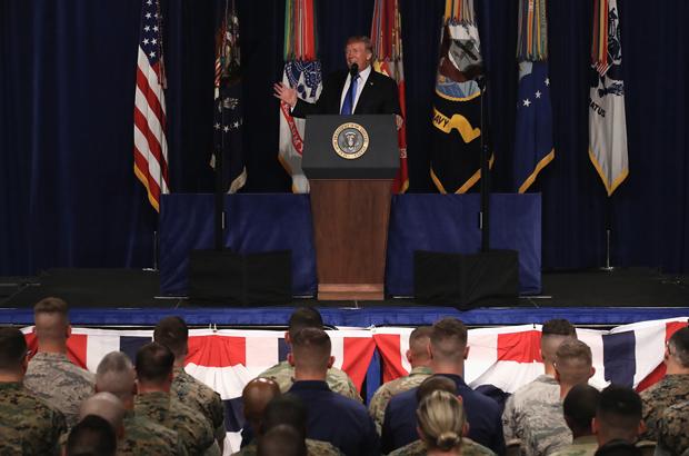 O presidente norte-americano Donald Trump fala com militares americanos envolvidos no Afeganistão, na base militar Fort Mayer, em Arlington, Virginia, em 21 de agosto de 2017. Trump anunciou um aumento modesto nas tropas americanas no Afeganistão, o resultado de crescentes preocupações do Pentágono sobre contratempos dos militares afegãos contra as forças do talibã e da al-Qaeda (Mark Wilson/Getty Images)