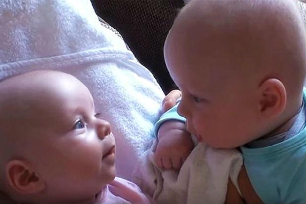Gêmeos conversam fluentemente em língua de bebê
