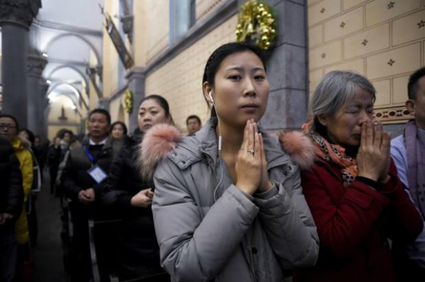 Cristãos chineses assistem à missa de Natal em uma igreja católica em Pequim, em 24 de dezembro de 2016 (Wang Zhao/AFP/Getty Images)