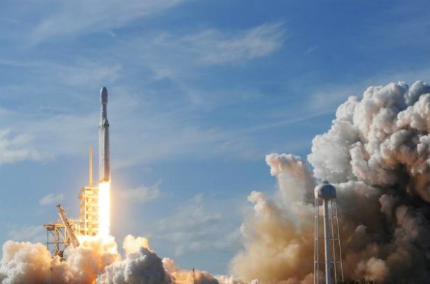 SpaceX Falcon Heavy decola do Centro Espacial Kennedy na Flórida em 6 de fevereiro de 2018 (Jim Watson/AFP/Getty Images)