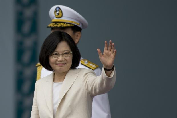 Presidente taiwanesa Tsai Ing-wen cumprimenta apoiadores em sua cerimônia de posse presidencial em Taipei-Taiwan, em 20 de maio de 2016 (Ashley Pon/Getty Images)