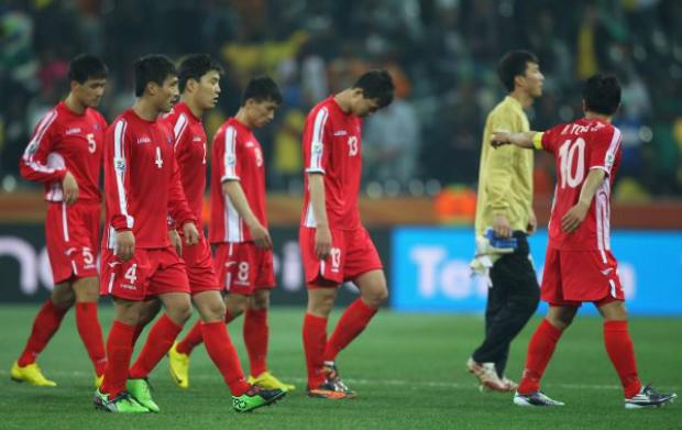 Equipe norte-coreana após a derrota e eliminação do torneio durante a Copa do Mundo de 2010 na África do Sul, Grupo G, partida entre Coreia do Norte e Costa do Marfim, no Estádio Mbombela em Nelspruit, África do Sul, em 25 de junho de 2010 (Michael Steele/Getty Images)
