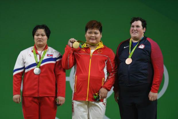 Kuk Hyang Kim (esq.), da Coreia do Norte, demonstra preocupação depois de ganhar uma medalha de prata no levantamento de peso — Grupo Feminino A + 75 kg — nos Jogos Olímpicos no Rio de Janeiro, Brasil, em 14 de agosto de 2016 (Laurence Griffiths/Getty Images)