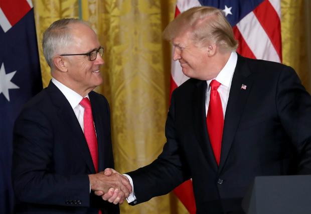 Presidente dos EUA, Donald Trump (dir.) e o primeiro-ministro australiano Malcolm Turnbull (esq.) participam de uma conferência de imprensa conjunta no Salão Leste da Casa Branca em 23 de fevereiro de 2018, em Washington, DC (Alex Wong/Getty Images)