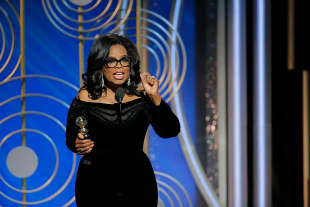 Nesta imagem fornecida pela NBC Universal, Oprah Winfrey recebe o Prêmio Cecil B. DeMille 2018 e fala para a plateia durante o 75º Prêmiio Globo de Ouro no The Beverly Hilton Hotel, em Beverly Hills, Califórnia, em 7 de janeiro de 2018 (Paul Drinkwater/NBC Universal)