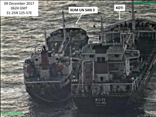Sabe-se que a Coreia do Norte emprega práticas de transporte enganosas que incluem fazer transferências de navio a navio, uma prática proibida pela Resolução 2.375 do Conselho de Segurança das Nações Unidas de 11 de setembro de 2017. Esta imagem, feita em 9 de dezembro de 2017, mostra as recentes tentativas do mesmo navio da Coreia do Norte de realizar uma transferência de navio a navio, possivelmente de petróleo, com o Koti panamenho (Departamento do Tesouro dos EUA)