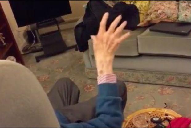 Senhor toca piano de forma inusitada (Vídeo)