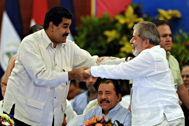 Lula com seu amigo, o ditador Nicolás Maduro da Venezuela, e Daniel Ortega da Nicarágua (Wikimedia)