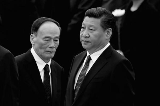 Líder chinês Xi Jinping (dir.) e o ex-chefe anticorrupção Wang Qishan em Pequim, em 30 de setembro de 2014 (Feng Li/Getty Images)