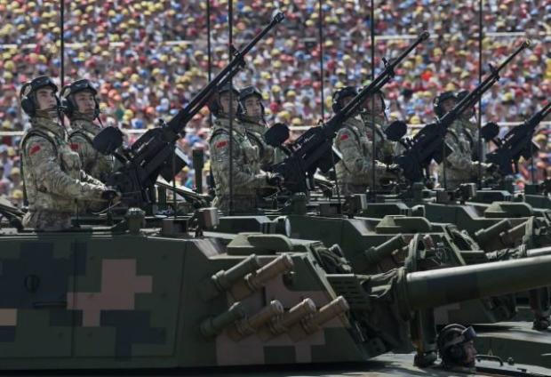 Soldados chineses desfilam em tanques em frente à Praça Tiananmen e à Cidade Proibida durante um desfile militar em Pequim, na China, em 3 de setembro de 2015 (Kevin Frayer/Getty Images)