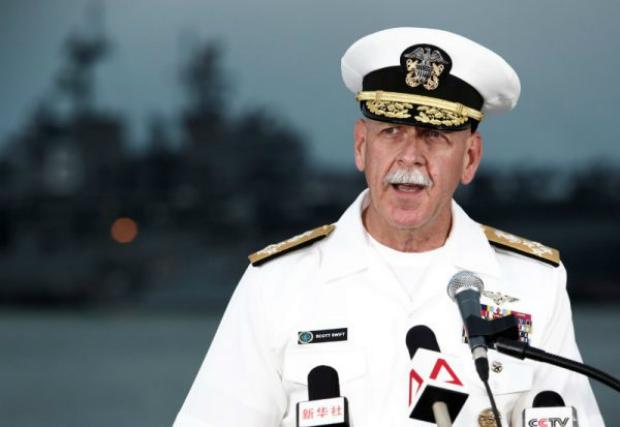 Almirante Scott Swift, comandante da Frota do Pacífico dos EUA, fala em uma conferência de imprensa perto do destroçado USS John McCain e do USS América na base naval de Changi em Cingapura, em 22 de agosto de 2017 (Calvin Wong)