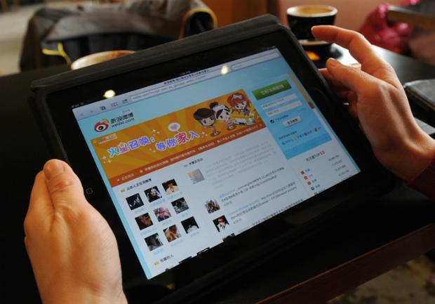 Mulher navega pelo site de mídia social chinesa Weibo em um café em Pequim, em 2 de abril de 2012 (Mark Ralston/AFP/Getty Images)