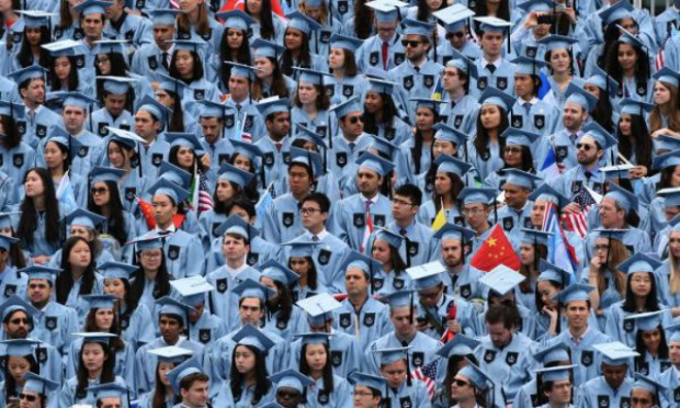 Alunos formados participam da cerimônia de graduação de 2016 na Universidade de Colúmbia em Nova York, em 18 de maio de 2016 (Timothy A. Clary/AFP/Getty Images)