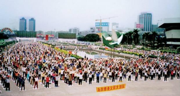 Praticantes do Falun Dafa praticam os exercícios em Pequim, antes do iníciio da perseguição em 20 de julho de 1999 (Minghui.org)