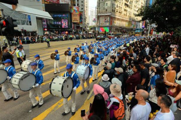 Praticantes do Falun Dafa participam de desfile em Hong Kong em comemoração às 300 milhões de renúncias ao Partido Comunista Chinês, em 18 de março de 2018 (Song Bilong/Epoch Times)