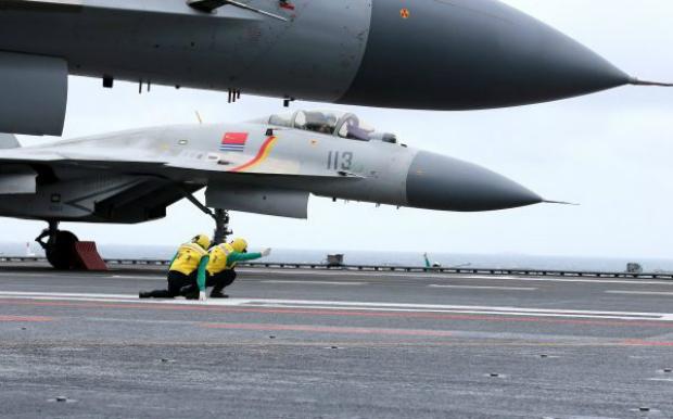 Jatos J-15 chineses no convés do porta-aviões Liaoning durante exercícios militares no Mar do Sul da China, em 2 de janeiro de 2017 (Str/AFP/Getty Images)