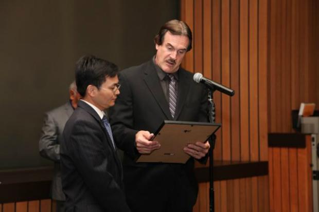 Prefeito interino Barry Bruce lê a proclamação junto com o advogado de direitos humanos Michael Ye na sessão da Câmara Municipal de Hawaiian Gardens, na Califórnia, em 13 de março de 2018 (Epoch Times)
