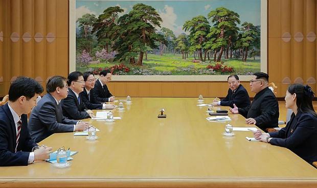 Nesta imagem divulgada pela Casa Azul da Coreia do Sul, Chung Eui-Yong (3º à esq.), chefe do Gabinete de Segurança Nacional presidencial conversa com o líder norte-coreano Kim Jong-un (2º à dir.) durante reunião realizada em 5 de março de 2018 em Pyongyang, na Coreia do Norte (Casa Azul/Getty Images)