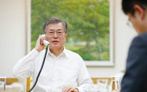 Moo Jae In conversa ao telefone com Donald Trump em 1º de março de 2018 (Casa Azul)