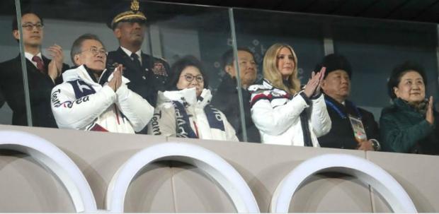 Ivanka Trump, filha do presidente Donald Trump (principal consultora da Casa Branca) e o general Kim Yong Chol, da delegação norte-coreana, assistem à cerimônia de encerramento dos Jogos Olímpicos de Inverno de 2018 em Pyeongchang, Coreia do Sul, em 25 de fevereiro de 2018 (Captura de tela)