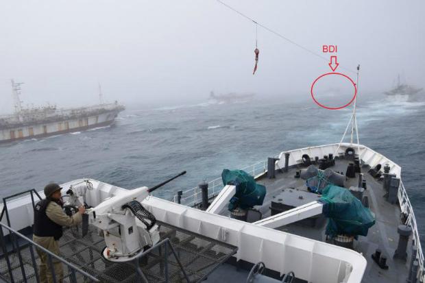 Justiça Argentina solicitou em 8 de março a captura de cinco navios chineses. Na imagem da Guarda Costeira feita em 21 de fevereiro de 2018, pode-se observar quatro deles indo à frente da Guarda Costeira nacional.