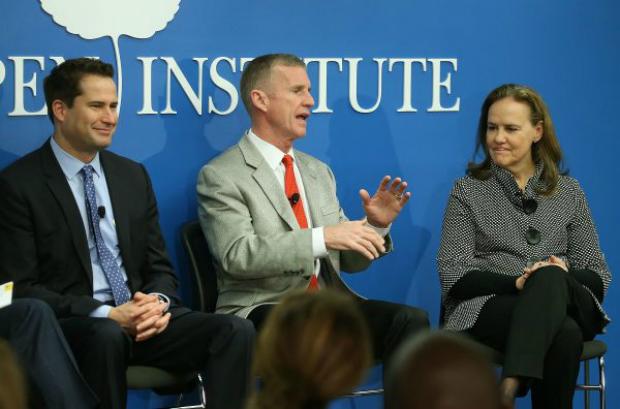 Seth Moulton (Democratas - Massachusetts, à esq.) durante debate sobre o serviço militar no Instituto Aspen, em Washington, DC, em 30 de novembro de 2015 (Mark Wilson/Getty Images)