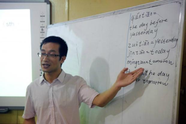 Professor de língua chinesa aponta para o quadro durante aula realizada no Instituto Confúcio da Universidade de Lagos, na Nigéria, em 6 de abril de 2016 (Pio Utomi Ekpei/AFP/Getty Imas)