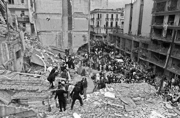 Bombeiros e policiais procuram feridos depois que uma bomba explodiu na sede da Associação Mutual Israelita Argentina (AMIA) em Buenos Aires, em 18 de julho de 1994. 85 pessoas morreram no ataque (Ali Burafi/AFP/Getty Images)