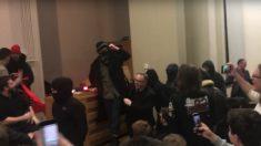 Membros do grupo Antifa agridem seguranças durante evento em universidade britânica (Vídeo)