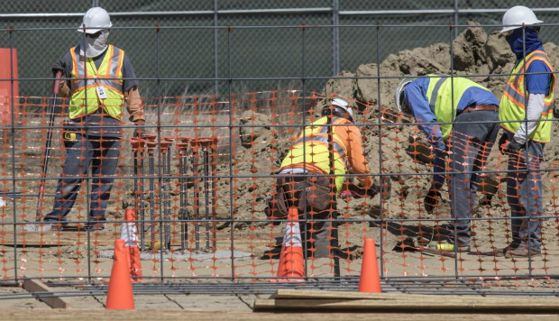 Operários trabalham em um protótipo de muro fronteiriço que pode vir a ser construído ao longo da fronteira entre EUA e México, em 28 de setembro de 2017 (Omar Martinez/AFP/Getty Images)