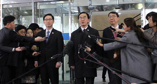 Ministro coreano da Unificação, Cho Myoung-Gyon, responde às perguntas da imprensa antes de participar de palestras de alto nível sobre a cúpula intercoreana de 2018, no Pavilhão Panmunjeom Tongilgak, em 29 de março (Ministério da Unificação)