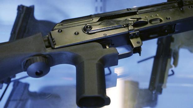 """Dispositivo """"bump stock"""" é acoplado a um rifle semiautomático em uma loja de armas de fogo Gun Vault em South Jordan, Utah, em 4 de outubro de 2017 (Rick Bowmer/AP)"""
