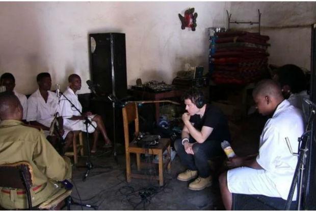 Casal viaja pelo mundo, buscando músicas originais e termina gravando disco na prisão de Malawi