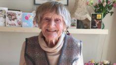Senhora de 101 anos recebe seu diploma universitário