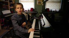 Menino cego de nascimento mostra sua fascinante habilidade no piano
