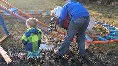 Pai constrói montanha-russa para seu filho no quintal. É pura diversão!