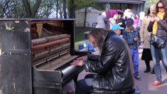 Homem senta-se ao piano na rua e atrai uma multidão