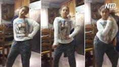 Menina dança animada para câmera, mas há alguém fazendo graça atrás dela