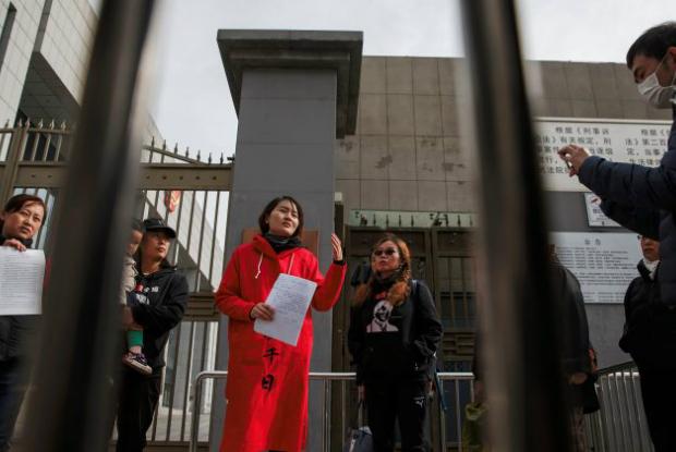 Presa esposa de advogado de direitos humanos chinês ao viajar para Tianjin à procura do marido
